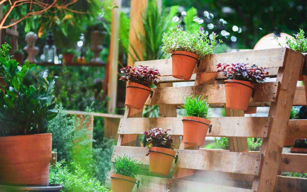 Pallets de Madera: Jardineras con pallets para llenar de color tu jardín